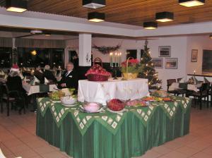 Majoituspaikan Tunturihotelli Vuontispirtti ravintola tai vastaava paikka
