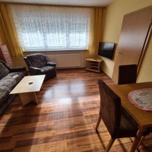 Ein Sitzbereich in der Unterkunft Ferienwohnung am Spitzberg