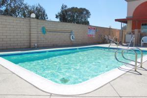 Der Swimmingpool an oder in der Nähe von Crystal Inn Suites & Spas