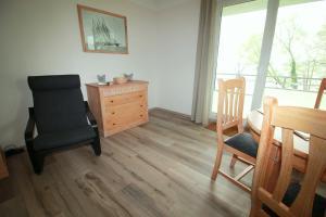 Ein Sitzbereich in der Unterkunft Ferienwohnung Seeblick Plöner See