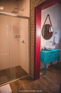 A bathroom at Casa Vêneto (Vale dos Vinhedos)
