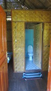 A bathroom at Vanna's Bungalows