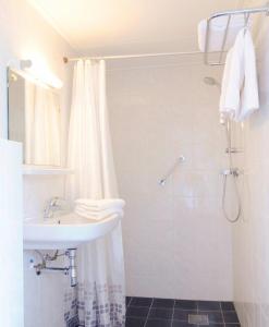 Ein Badezimmer in der Unterkunft Hotel de Burg