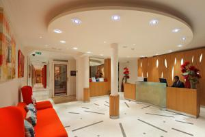 The lobby or reception area at Westside Arc de Triomphe Hotel