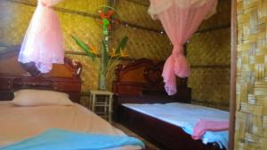 A bed or beds in a room at Vanna's Bungalows