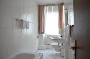 A bathroom at Hotel Drei Schweizer