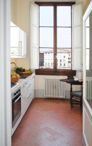 A kitchen or kitchenette at Lungarno Serristori
