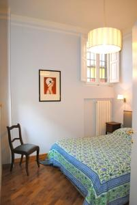 A bed or beds in a room at Lungarno Serristori