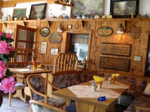 Ein Restaurant oder anderes Speiselokal in der Unterkunft Landhotel Goldener Becher