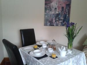 A restaurant or other place to eat at Manor Garden Lodge