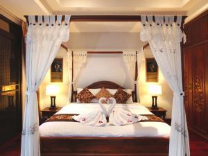 سرير أو أسرّة في غرفة في Kata Sea View Villas