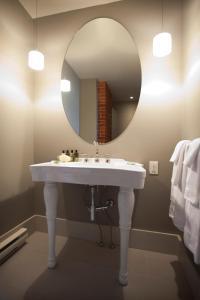A bathroom at Le Pleasant Hôtel & Café