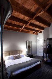 A bed or beds in a room at Le Pleasant Hôtel & Café