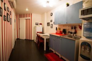 Кухня или мини-кухня в Мини Отель Старая Москва