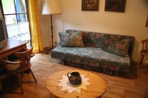 Uma área de estar em Wirtshaus und Pension Hocheck