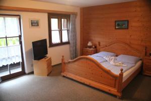 Uma cama ou camas num quarto em Wirtshaus und Pension Hocheck
