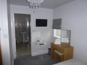 A bathroom at Orrell Park Hotel