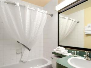A bathroom at Travelodge by Wyndham Drumheller AB