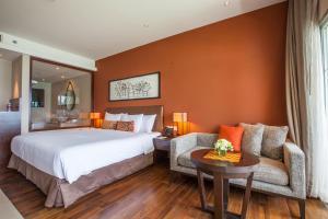 سرير أو أسرّة في غرفة في فندق كراون بلازا بوكيت بانوا بيتش