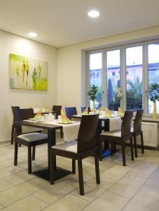 Ein Restaurant oder anderes Speiselokal in der Unterkunft Matchpoint Hotel