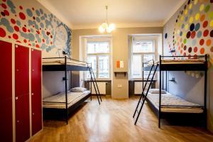 Двухъярусная кровать или двухъярусные кровати в номере Ahoy! Hostel
