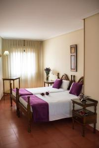 A bed or beds in a room at Villa de Elciego