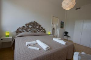A bed or beds in a room at Villa Le Statue