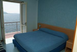 A bed or beds in a room at La Foresta Monteisola