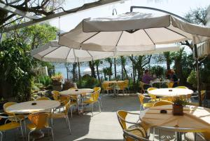 A restaurant or other place to eat at La Foresta Monteisola