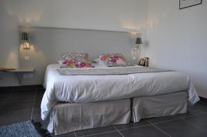 A bed or beds in a room at Le Mas de Plein Pagnier