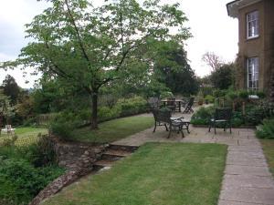 A garden outside Beachborough Country House