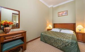 A bed or beds in a room at Starinnaya Anapa Sanatorium