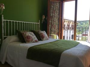 A bed or beds in a room at Hotel Rural Los Roturos