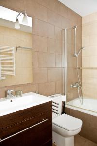 Un baño de Claris Apartments