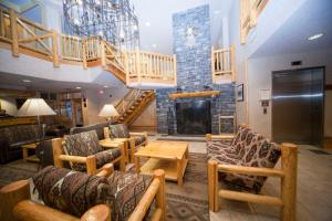The lounge or bar area at Brewster's Mountain Lodge