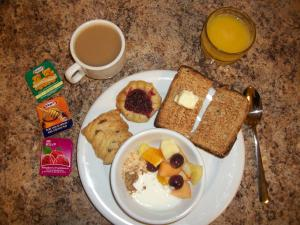 Breakfast options available to guests at Brewster's Mountain Lodge