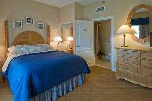 A bed or beds in a room at The Cove at Yarmouth
