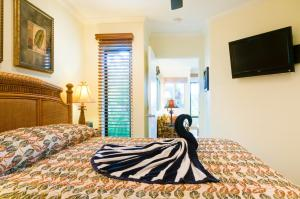 A bed or beds in a room at Hale Napili