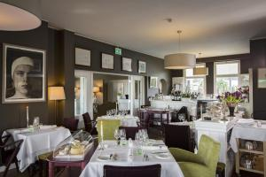 A restaurant or other place to eat at Mezzo Restaurant & Kamers