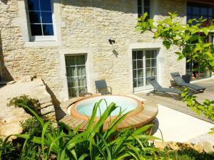 Der Swimmingpool an oder in der Nähe von Chambres d'hôtes Béred Vuillemin