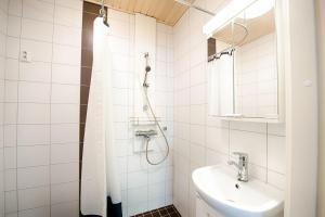 A bathroom at Forenom Serviced Apartments Helsinki Albertinkatu