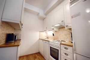 A kitchen or kitchenette at Forenom Serviced Apartments Helsinki Albertinkatu