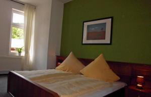 Ein Bett oder Betten in einem Zimmer der Unterkunft Hotel garni am Thüringer KloßTheater