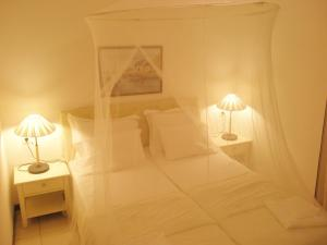 A bed or beds in a room at Captain's House Hotel