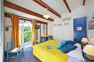 Un ou plusieurs lits dans un hébergement de l'établissement Logis Hôtel de la Plage