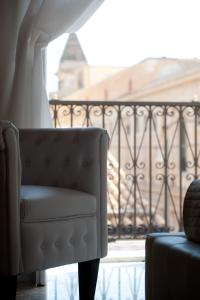 A seating area at Suite Barocca
