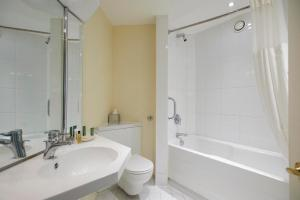 A bathroom at Hilton Northampton Hotel