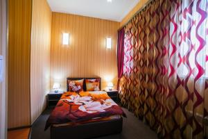 A bed or beds in a room at Kleopatra Hotel