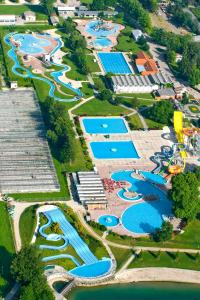 A bird's-eye view of Happy Camp Mobile Homes in Camping Terme Čatež