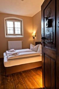 Ein Bett oder Betten in einem Zimmer der Unterkunft Knast-Hotel Fronfeste